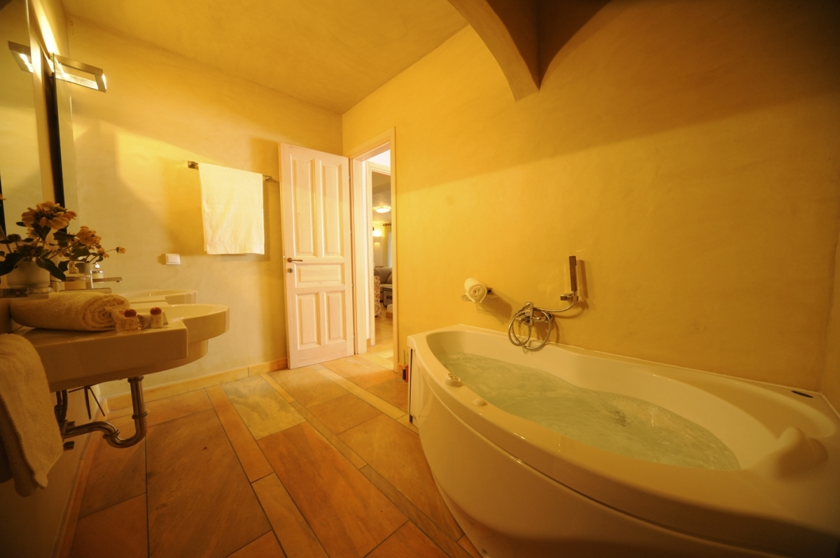 En-suite bathroom with jacuzzi