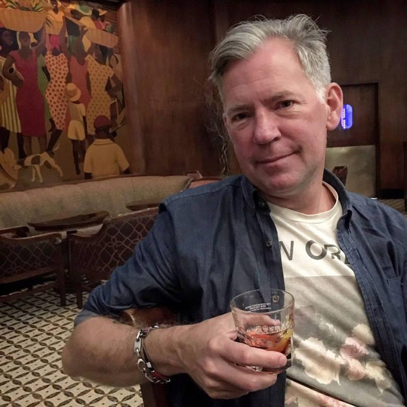 Erik nyter sin cocktail tidlig en søndags morgen før kirkeklokkene har ringt.
