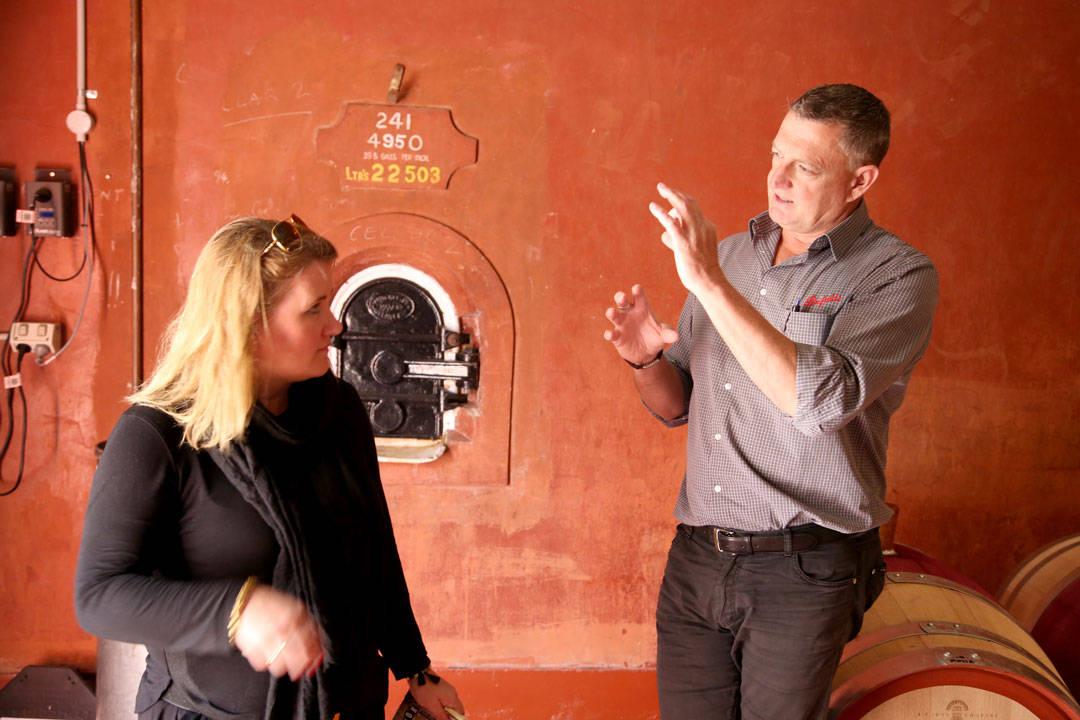 Andrew forklarer om prosessen ved vinproduksjon. Foto: Erik Valebrokk