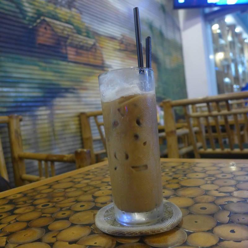 Iskaffe i Saigon, Vietnam. Kaffe, kondensert melk og masse isbiter.