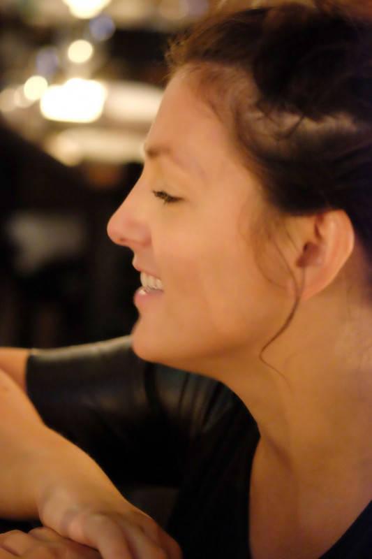 Restaurantsjef og sommelier Maiken guider oss gjennom rettene og vinene.