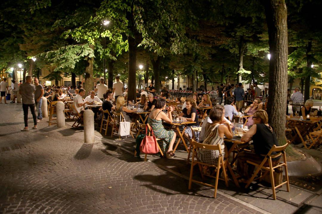 Piazza Fontanesi på kveldstid. Hvor koselig er det ikke å sitter her da?