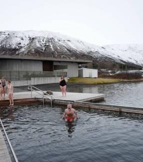Erik er tøff og bader i det iskalde vannet.