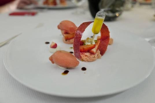 Jordbær-dessert med verbena-basilikumolje.