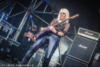 Eine Frau spielt Gitarre