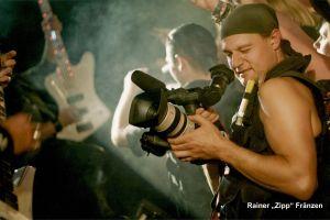 Ein Mann mit Filmkamera