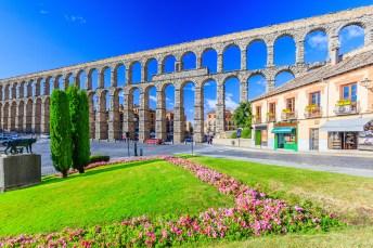 Das Aquädukt von Segovia an einem blauen Tag