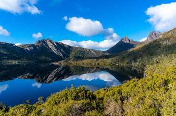 Cradle Mountain mit Spiegelung im See im Vordergrund