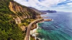Luftaufnahme von einer Küstenstraße in Australien