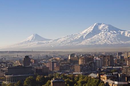 Der Mount Ararat mit Jerewan im Vordergrund
