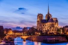 Die Notre Dame beleuchtet am Abend