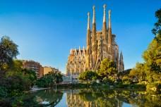 Die Sagrada Familia bei strahlend blauem Himmel