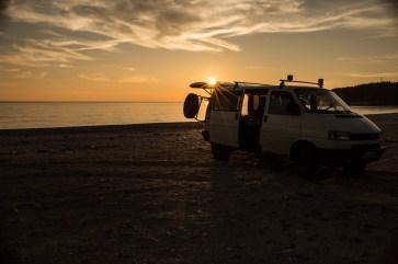 Bus am Strand von Albanien bei Sonnenuntergang