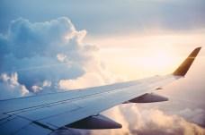 Flügel eines Flugzeuges in den Wolken