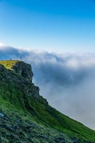 Wolkenwasserfall beim The Storr auf der Isle of Skye mit einem Mädchen im Vordergrund