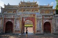 Frau vor Tempel in Hue in Vietnam