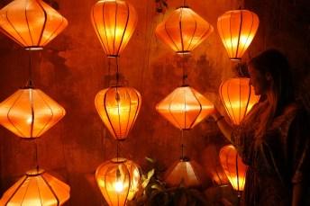 Frau vor Lampions in Hoi An