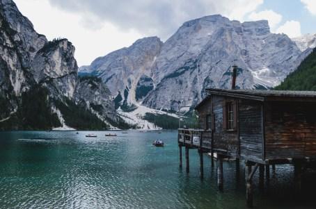 Holzhütte und Boot am Pragser Wildsee