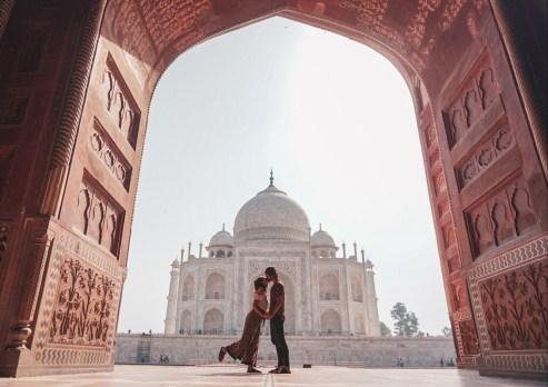 Küssendes Pärchen vor Taj Mahal in Indien