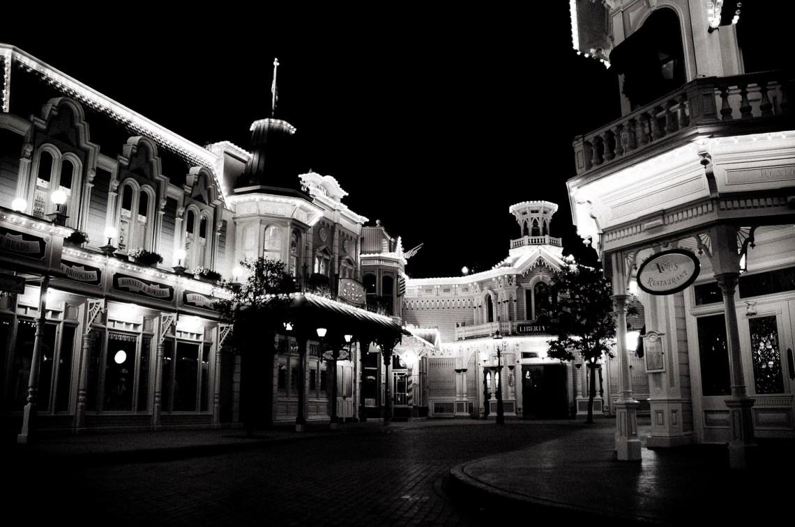 disneyland-paris-black-white-16