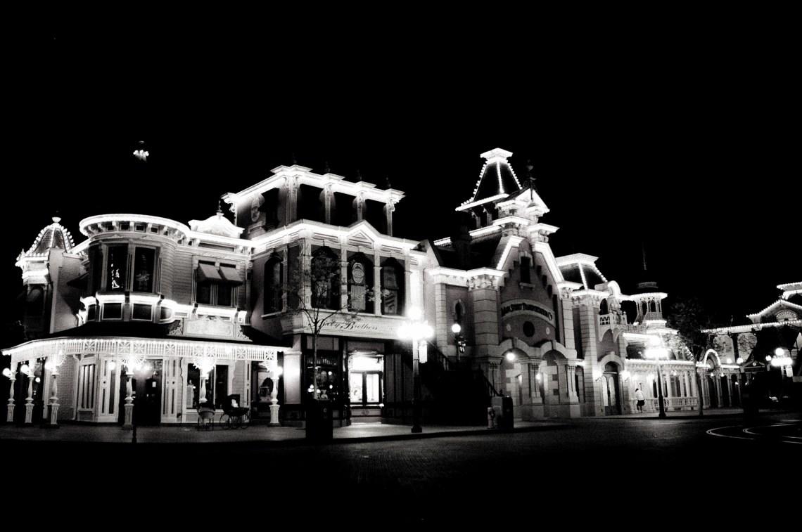 disneyland-paris-black-white-19