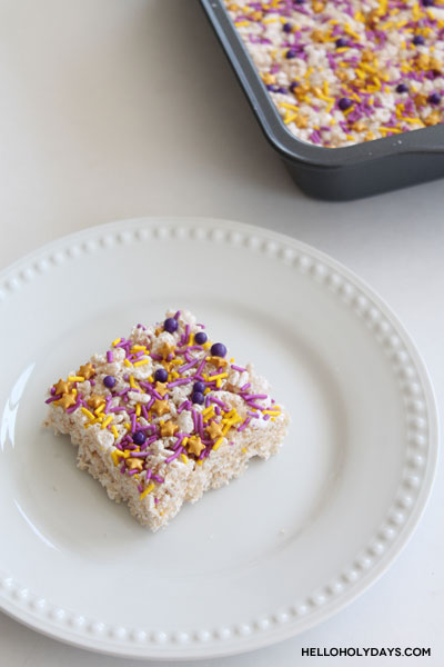 Simple Ramadan rice krispies featuring the colors of Ramadan by Hello Holy Days!