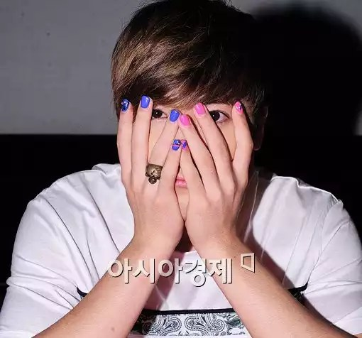 Hong-gi gives a blow to gender colors with his nail art. (Photo credit: Asiae)