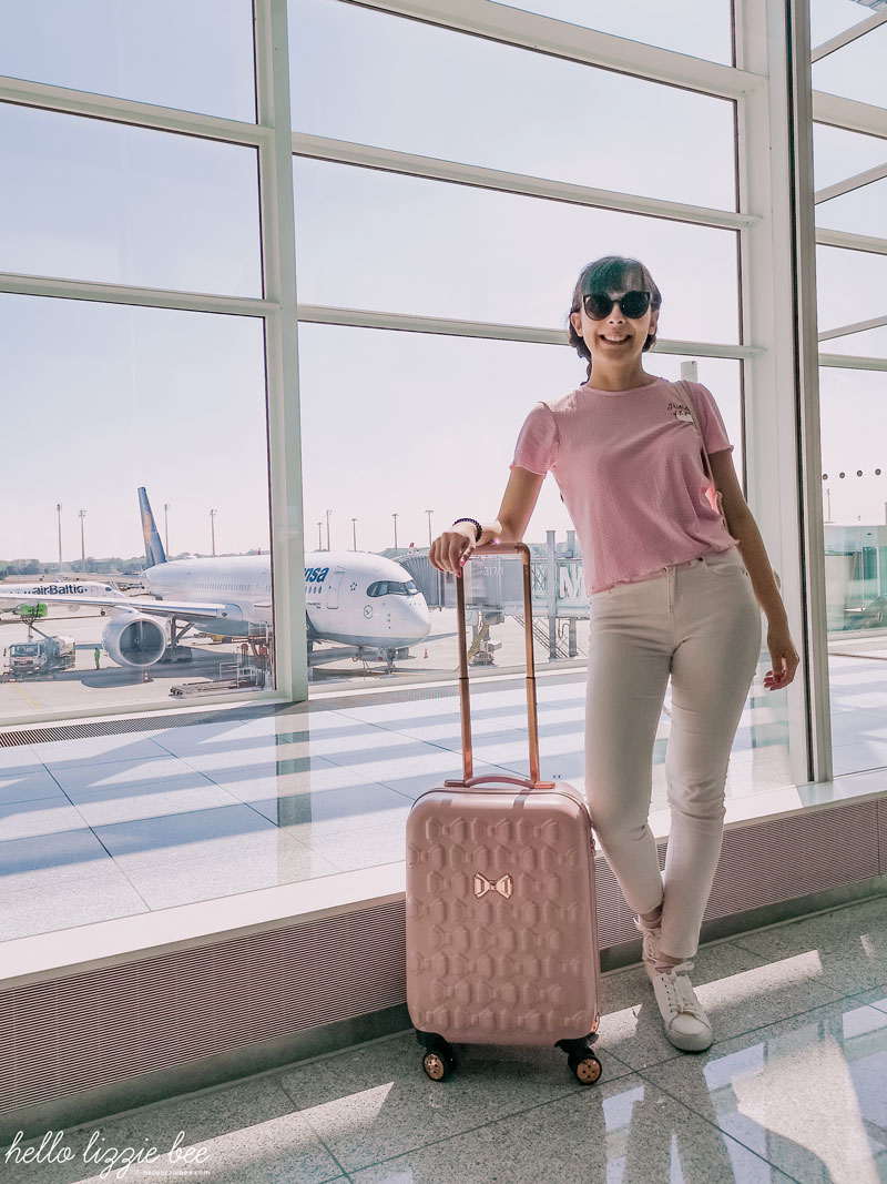 Cute and comfy airport outfit