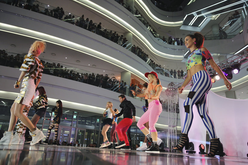 The Bachelor Juan Pablo and his group date with Kpop 2NE1 perform at the mall.