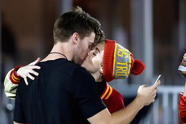 https://i1.wp.com/www.hellomagazine.com/imagenes/celebrities/2014111421895/miley-cyrus-kissing-patrick-schwarzenegger/0-115-424/miley-cyrus--z.jpg