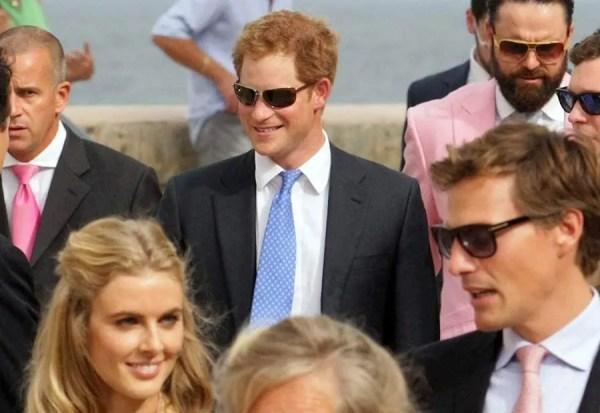 Prince Harry arrives at society wedding - Photo 3