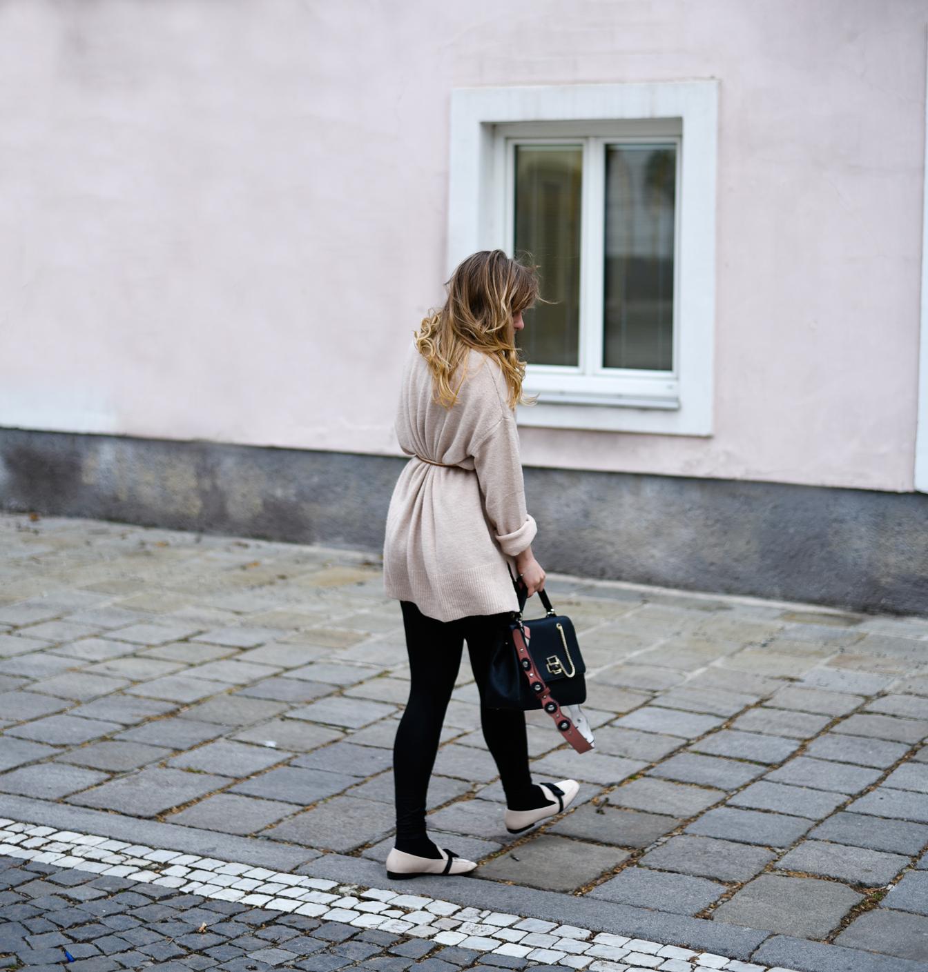Pinker Sweater, Pastell Slipper & Aigner Handtasche
