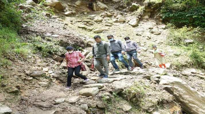 जिलाधिकारी रंजना राजगुुरू ने 12 किमी पैदल चलकर आपदा के दृष्टि से संवेदनशील व दुर्गम गॉव में जाकर विभिन्न कार्यों का किया निरीक्षण 1