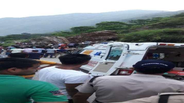 राष्ट्रीय राजमार्ग बलुवाकोट के पास चट्टान खिसकने से चपेट में आया एक वाहन नदी में समाया 1