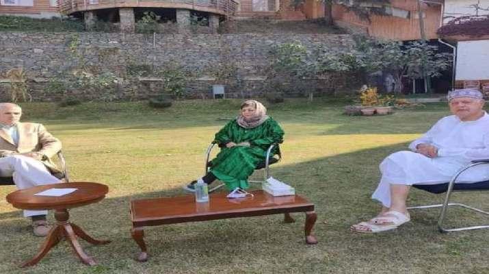 Jammu & Kashmir: Day after Mehbooba's release, Abdullah's, Sajad Lone, PDP leaders meet her at Gupkar residence 1