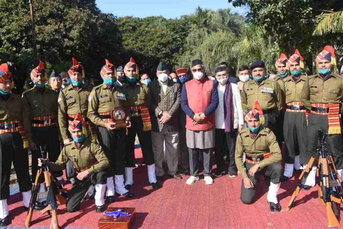मुख्यमंत्री त्रिवेन्द्र सिंह रावत ने विजय दिवस के अवसर पर गांधी पार्क देहरादून में शहीद स्मारक पर किए पुष्पचक्र अर्पित 2