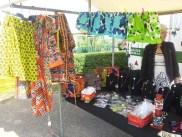 De spullen voor de verkoop bij de marktverkoop in Huizen