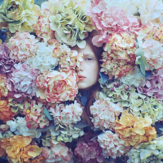 hemelsblauw Meisje bedolven onder bloemen Oleg Oprisco