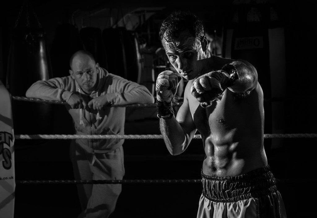 boxer-prêt-à-se-battre-observé-par-son-coach