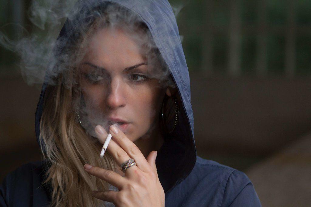 jeune-fille-stressé-qui-fume