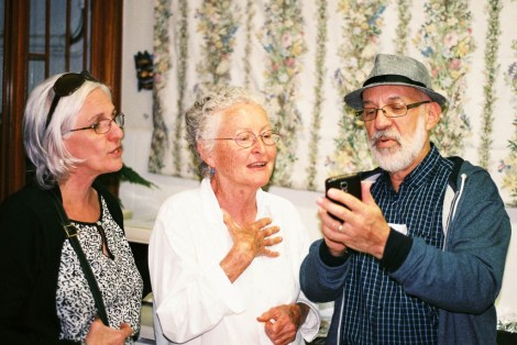 Herschel Raysman showing Laura Raysman and Janice Mentz how his phone works | photo credit: Tony Carr shooting with film (non-digital)