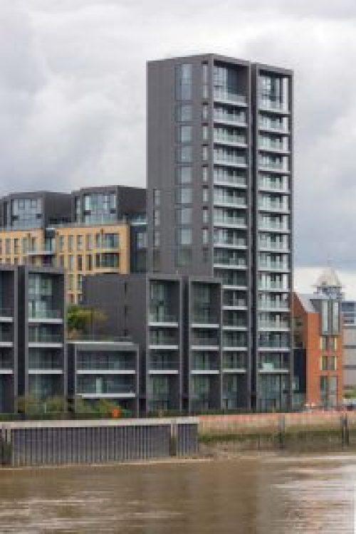 Henke Dachdecker und Zimmerei für das Auetal - Der neue Pigmento Grauton des Wohngebäudes ist zwischen dem helleren Quartz-Zinc und dem dunkleren Anthra-Zinc angeordnet.