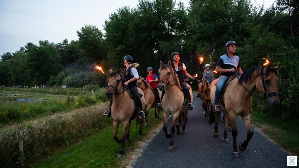 Retraite aux flambeaux avec les chevaux Henson à Saint-Quentin-en-Tourmont