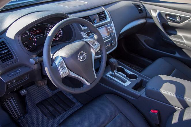 2016-Nissan-Altima-SR-interior-view-02