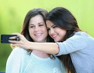 selena gomez with her mom