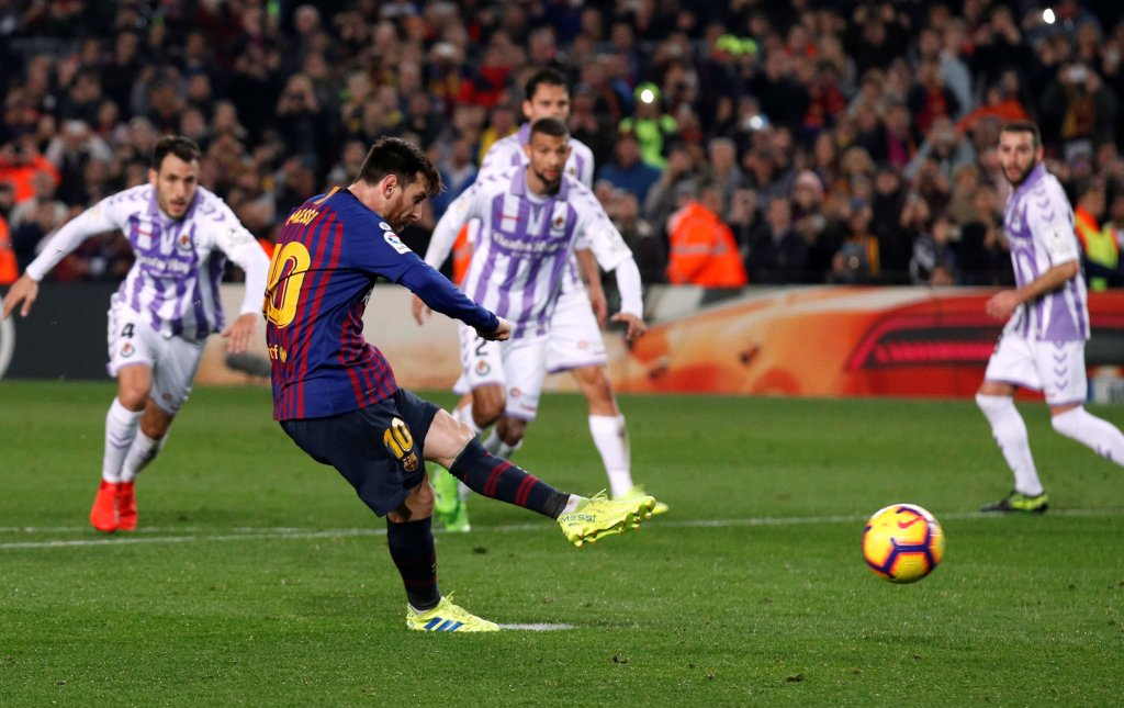 Soccer Football - La Liga Santander - FC Barcelona v Real Valladolid - Camp Nou, Barcelona, Spain - February 16, 2019   Barcelona's Lionel Messi scores their first goal from the penalty spot   REUTERS/Albert Gea