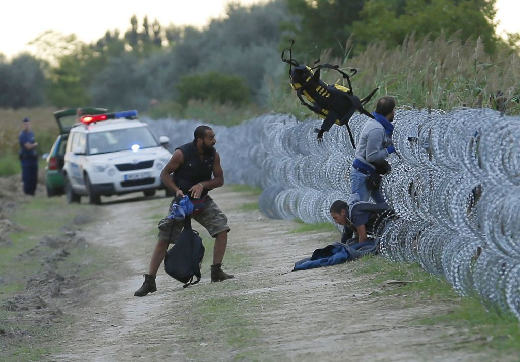 hungary-migrants-cross-border
