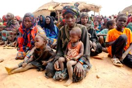mali-refugee-women-children-awaiting-aid