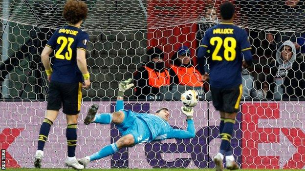 Arsenal concede a goal to Standard Liege in Europa League last group match