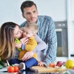 משפחה מאושרת במטבח